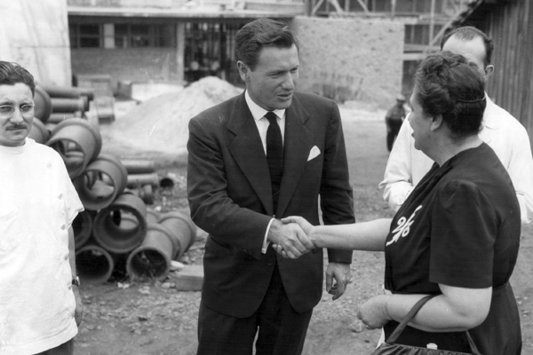 Nelson Rockefeller com Edith de Magalhães Fraenkel no canteiro de obras do edifício que abrigaria as instalações da Escola de Enfermagem de São Paulo, atualmente, Escola de Enfermagem da USP (EEUSP).